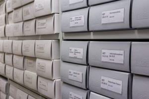 Archivboxen in Regal
