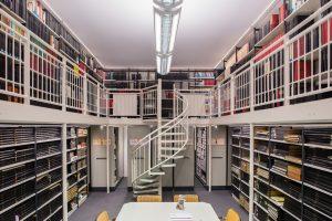 Blick in den Archiv-Leseraum mit Wendeltreppe zur Empore
