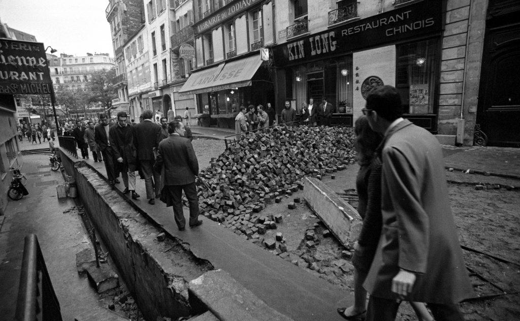 Barrikade aus Pflastersteinen