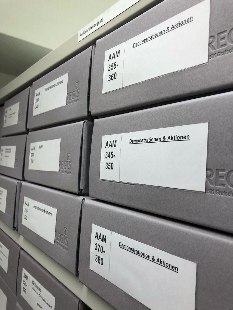 Regalansicht der archivtypischen blaugrauen Boxen aus dem Antifa (M)-Bestand