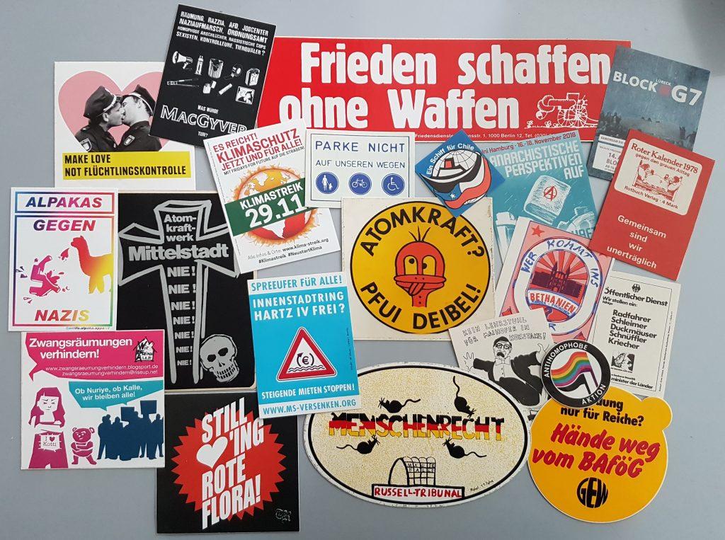 diverse Aufkleber der Protestbewegung in Deutschland