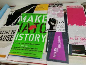 verschiedene politische Plakate liegen auf Tisch