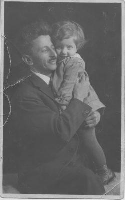 Peggy mit ihrem Vater Pudl, 1930
