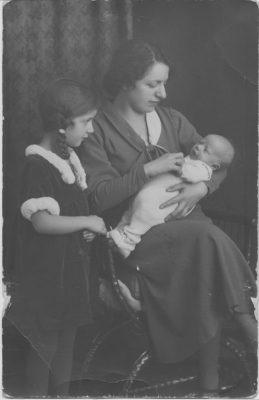Peggy Parnass mit ihrer Mutter und dem kleinen Bruder Gady, genannt Bübchen, ca. 1935