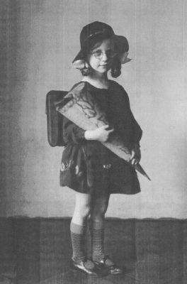 Am ersten Schultag, ca. 1933/34