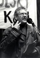 Foto von Andreas Buro als Redner vom Archiv Netzwerk Friedenskooperative