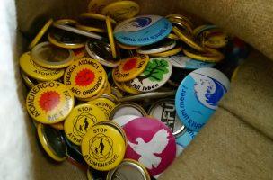 Buttons zur Anti-AKW- und Ökologiebewegung in einem Jutebeutel