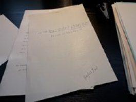 Verblichenes Thermopapier mit sichtbaren Notizen