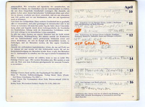 Innenansicht Roter Kalender: Auf der linekn Seite ist die zweite Seite eines Textes abgebildet, auf der rechten Kalenderspalten mit Eintragungen.