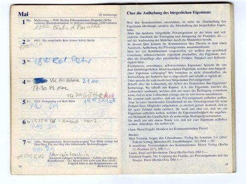 """Innenansicht des Roten Kalenders. Auf der rechten Seite ist ein Textauszug aus dem Manifest der Kommunistischen Partei von Marx und Engels mit dem Titel """"Über die Aufhebung des bürgerllichen Eigentums"""""""