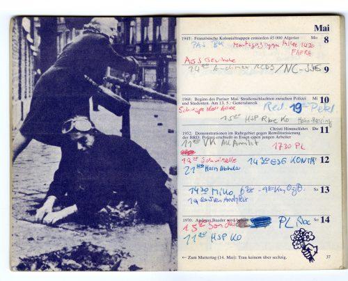 Innenansicht des Roten Kalenders mit Eintragungen. Auf der linken Seite ist eine ältere Frau abgebildet, die einen Demosntranten, der Steine aus dem Boden löst, mit ihrer Tasche schlägt