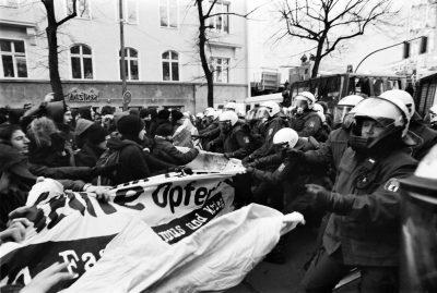 Am 1. Dezember 2001, kurz nach 12 Uhr, trifft der Demonstrationszug der Antifaschistischen Aktion Berlin an der Kreuzung Oranienburger Straße/Tucholskystraße auf eine Polizeisperre. Foto: ddrbildarchiv.de/Burkhard Lange